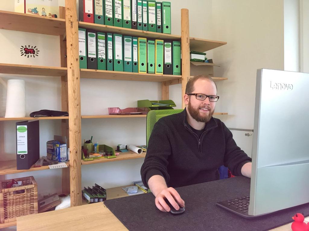 Simon Schreiber bei der Büroarbeit